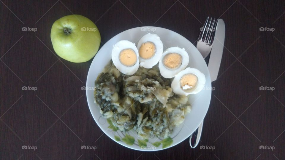 The Cooked Egggs, Mangold and an Apple
