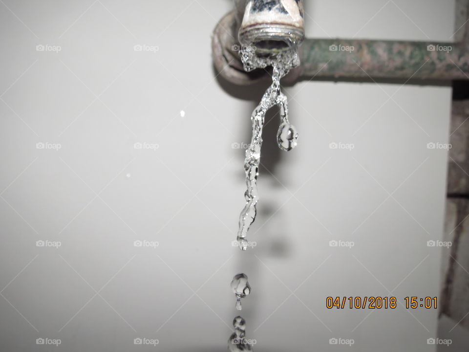 water falls off the tap