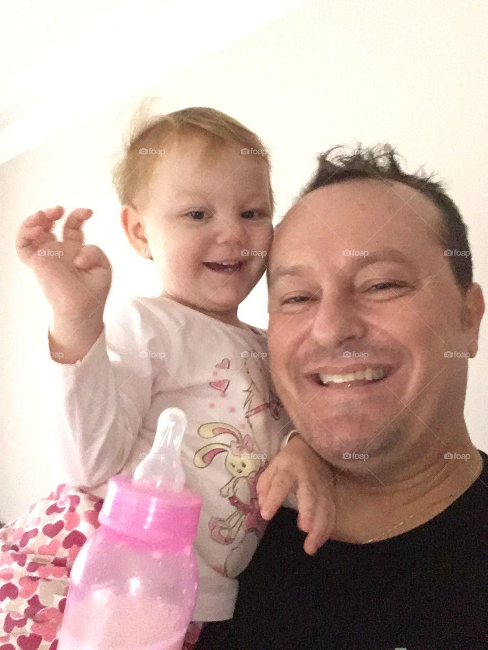 A hora mais gostosa do dia é a hora da #mamadeira! Principalmente quando eu ganho um doce #beijinho da #filha sapeca... 🍼  #bebê #baby #amor #carinho #paidemeninas #paternidade